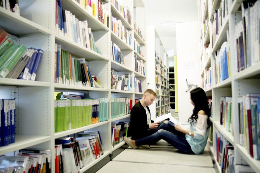 Kampus WSIiZ wKielnarowej. Biblioteka iczytelnia.
