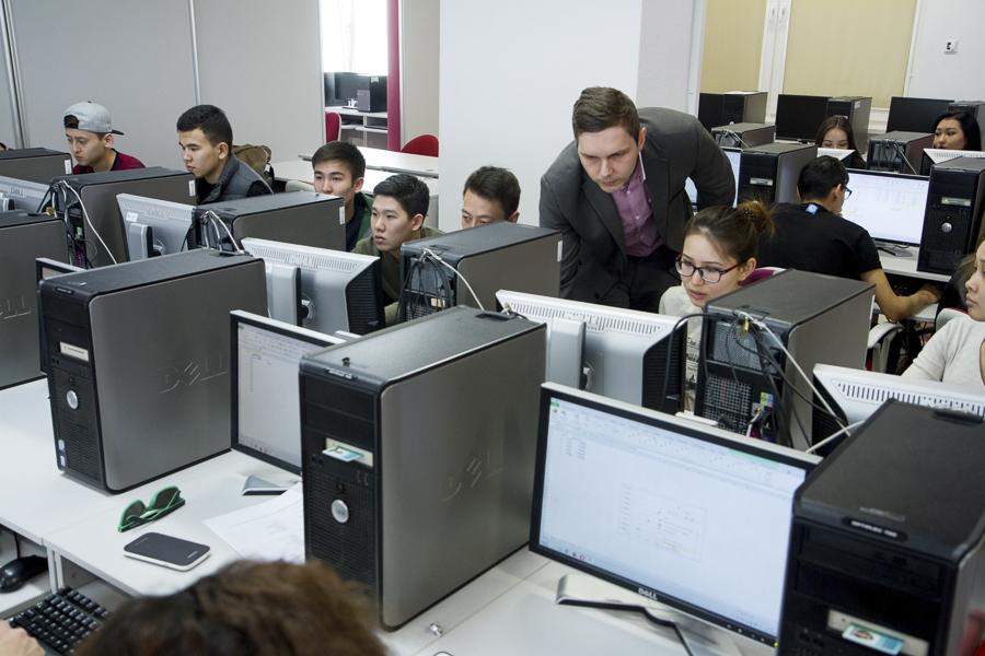 Kampus WSIiZ w Rzeszowie. Laboratoria komputerowe.