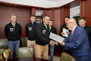 reprezentacja WSIiZ w siatkówce wręczenie dyplomów